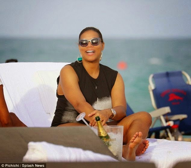 QueenLatifahspottedholdinghandswithaguyatthebeach2 - Queen Latifah spotted holding hands with a guy at the beach