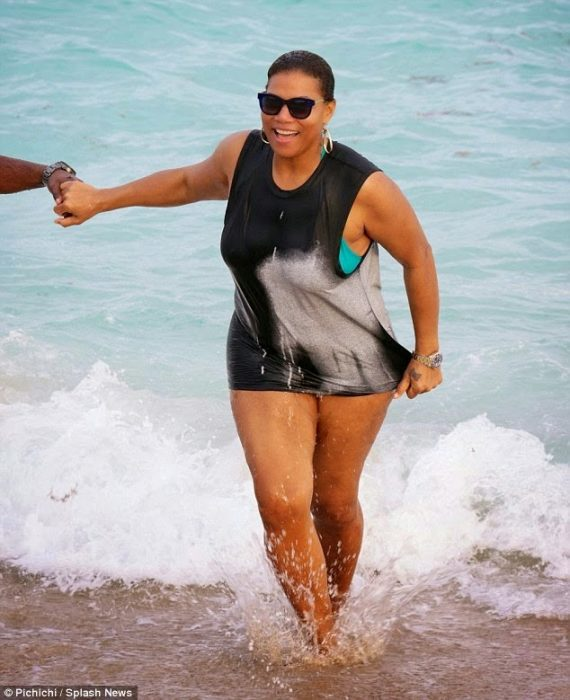 QueenLatifahspottedholdinghandswithaguyatthebeach7 - Queen Latifah spotted holding hands with a guy at the beach