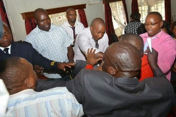 PHOTOS: politicians wrestle over positions