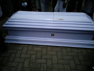 Obinim arrives with coffin ready to battle Okomfo Appiah (photos)